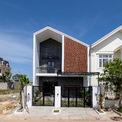 """<p> <span style=""""color:rgb(0,0,0);"""">Thiết kế ngôi nhà theo kết cấu hướng nội là yêu cầu thứ hai của gia chủ để tạo không gian sinh hoạt riêng tư cho gia đình. Từ những vật liệu địa phương, KTS không chỉ đáp ứng trọn vẹn hai yêu cầu trên mà còn giúp PH House có một diện mạo tinh tế và độc đáo.</span></p>"""