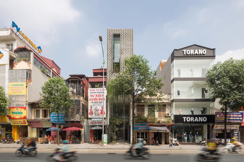 Ngôi nhà Hà Nội có 2 lớp mặt tiền, tách biệt với ồn ào của phố lớn - Ảnh 1.