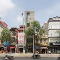 <p> Ngôi nhà nằm trên một tuyến đường lớn, mật độ dân cư tập trung dày đặc tại quận Hà Đông, Hà Nội. Do vậy, vấn đề được quan tâm nhất là tạo nên không gian tách biệt với khói bụi, ồn ào bên ngoài, giúp gia chủ có được cảm giác thoải mái và thư giãn khi về với căn nhà.</p>