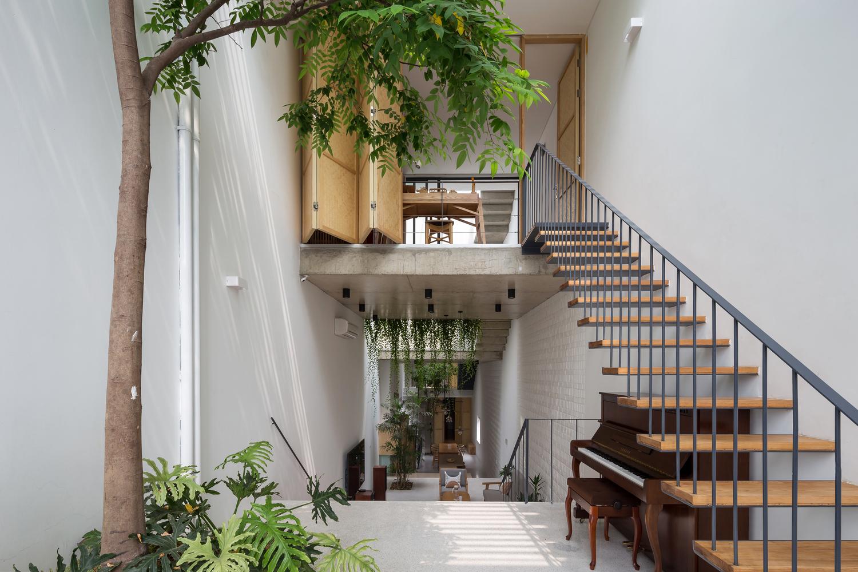 Ngôi nhà Hà Nội có 2 lớp mặt tiền, tách biệt với ồn ào của phố lớn - Ảnh 2.