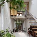<p> Các kiến trúc sư đã lấy cảm hứng thiết kế từ những ngôi nhà cổ ở Hà Nội, không gian tràn ngập nắng với gió tự nhiên nhờ những khoảng sân trong tách biệt, đảm bảo sự thông thoáng.</p>