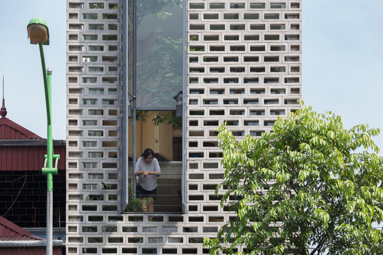 Ngôi nhà Hà Nội có 2 lớp mặt tiền, tách biệt với ồn ào của phố lớn - Ảnh 3.
