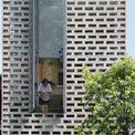 <p> Mặt tiền của ngôi nhà được thiết kế 2 lớp: lớp vỏ ngoài cùng bằng gạch xếp tạo lỗ và lớp trong bằng kính khung sắt. Kết hợp vườn cây ở giữa, ngôi nhà được chắn bụi bẩn, che nắng và đồng thời vẫn cho phép thông gió tự nhiên dọc theo cả chiều dài. Đồng thời, mặt tiền của ngôi nhà cũng được thiết kế với một ô cửa sổ lớn, cho phép nhiều ánh sáng vào nhà hơn những khi cần thiết.</p>