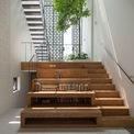 <p> Thiết kế bậc thang trong nhà sẽ tạo ra các không gian mở và tạo cảm giác rộng rãi hơn khi chiều ngang của căn nhà không lớn. Nhờ vậy, các thành viên gia đình có thể quan sát và giao tiếp dễ dàng hơn.</p>