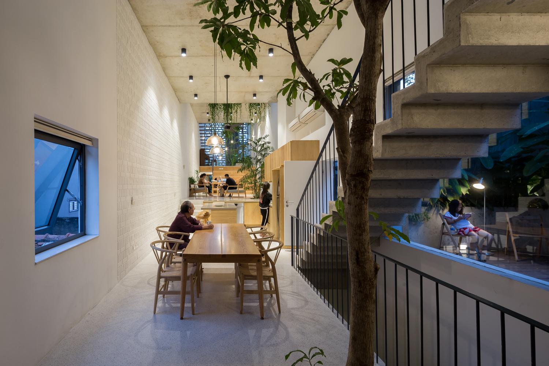 Ngôi nhà Hà Nội có 2 lớp mặt tiền, tách biệt với ồn ào của phố lớn - Ảnh 6.