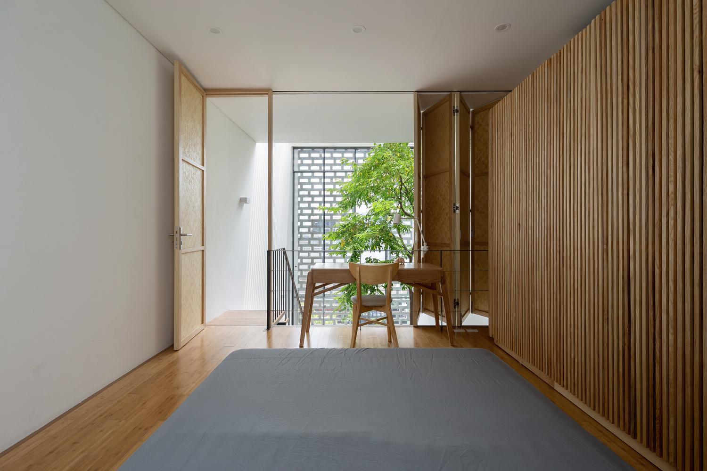 Ngôi nhà Hà Nội có 2 lớp mặt tiền, tách biệt với ồn ào của phố lớn - Ảnh 7.