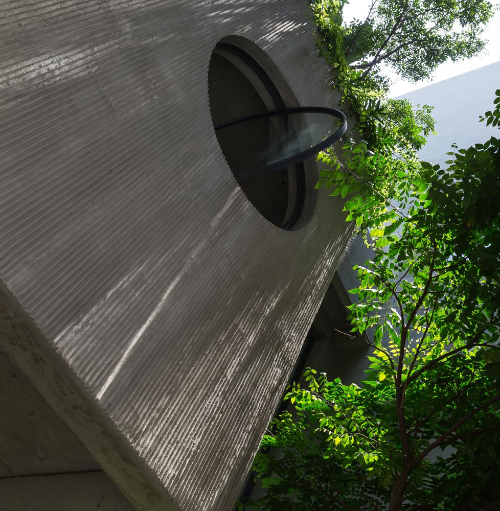 Ngôi nhà Hà Nội có 2 lớp mặt tiền, tách biệt với ồn ào của phố lớn - Ảnh 8.