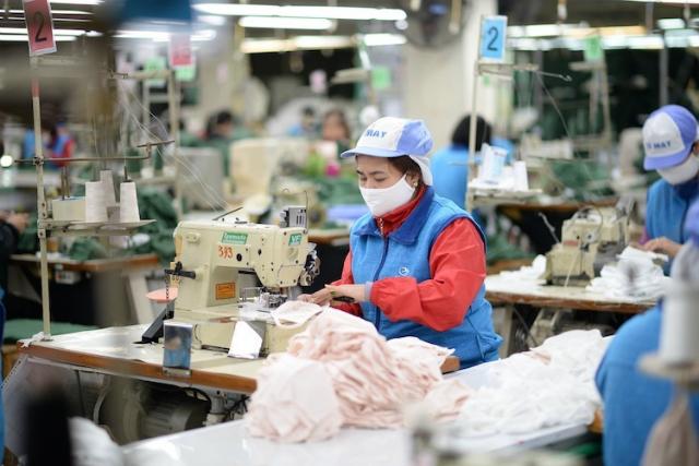 Doanh nghiệp dệt may cơ cấu lại sản xuất để ứng phó với suy giảm từ Covid-19. Ảnh: Cao Hưng.