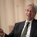 """<p> Năm 1998, Dimon bị Citigroup sa thải, nhưng ông cũng kịp """"bỏ túi"""" 110 triệu USD nhờ bán số cổ phần nắm giữ tại công ty này. Sau đó, ông trở thành CEO ngân hàng Bank One, có trụ sở tại Chicago và gia nhập JPMorgan khi ngân hàng này thâu tóm Bank One vào năm 2000. Ông trở thành CEO của công ty sau cú sáp nhập vào năm 2005. <em>Ảnh: Reuters</em></p>"""