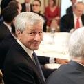 """<p> Theo <em>Bloomberg</em>, trong khoảng thời gian từ năm 1991 đến 2015, CEO của JPMorgan Chase được trả 115 triệu USD tiền lương, chưa tính các khoản thưởng và cổ phiếu. Tuy nhiên, JPMorgan Chase được đền đáp xứng đáng với khoản chi trả này. Năm 2015, các biên tập viên của Bloomberg gọi là JPMorgan Chase là """"ngân hàng được điều hành tốt nhất vũ trụ"""". Dưới sự điều hành của Dimon, JPMorgan Chase đã vượt qua Bank of America và Citigroup trở thành nhà băng lớn nhất tại Mỹ tính theo tài sản. <em>Ảnh: Getty Images</em></p>"""