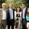 <p> Dimon gặp vợ Judith Kent Dimon khi cả hai đang theo học trường Harvard. Khi đó, ông nghèo đến mức không thể thanh toán hóa đơn trong lần hẹn hò đầu tiên mà phải để vợ tương lai trả tiền, theo Money Inc. Hai người hiện có ba con gái là Laura, Julia và Kara. Trong ảnh là Dimon chụp cùng Chủ tịch Lacoste SA Michel Lacoste (ngoài cùng bên trái), vợ, con gái và một người bạn ở nhà của Lacoste tại Geneva, Thụy Sĩ. <em>Ảnh: Getty Images</em></p>