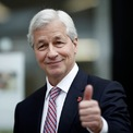 <p> Theo <em>Business Insider</em>, ông Dimon sinh ra và lớn lên tại Queens, New York. Ông tốt nghiệp cử nhân Đại học Tufts và lấy bằng thạc sĩ quản trị kinh doanh tại Trường Kinh doanh Harvard. Sau khi tốt nghiệp, ông đầu quân cho American Express, nơi ông gặp người thầy Sandy Weill. <em>Ảnh: Getty Images</em></p>