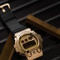 <p> GM-6900 mới được chế tác qua 20 giai đoạn rèn và một số bước cắt, đánh bóng. Xuất hiện trong 3 màu sắc rực rỡ, bao gồm bạc, vàng và đỏ hồng y, chiếc đồng hồ GM-6900 cổ điển mang đến một đời sống mới sống động hơn trong khi vẫn giữ được hình ảnh bản sắc ngay từ cái nhìn đầu tiên.</p>