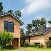 Ngôi nhà Hà Nội đặc biệt hơn với tường đất nung, 'ống khói' mọc cây ăn quả