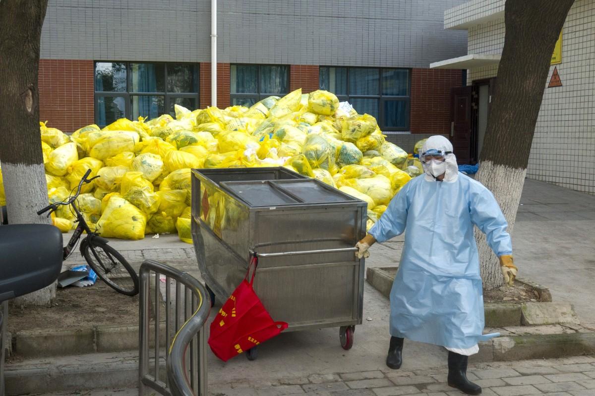 Trung Quốc chật vật trước 'núi' rác thải y tế từ Vũ Hán