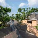 """<p class=""""Normal""""> Số lượng cây ăn quả trên mái nhà, cùng với khu vườn mở xung quanh nhà là một điểm nhấn khác tạo nên môi trường xanh, mát mẻ và thân thiện với người dân. Và mái dốc cũng là một thiết kế hợp lý cho khí hậu nhiệt đới gió mùa ở Việt Nam.</p>"""