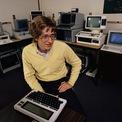 """<p> Bill Gates sinh ngày 28/10/1955 tại Seattle, thuộc bang Washington (Mỹ). Là con trai của một luật sư và một nhà giáo nên từ nhỏ Gates rất thông minh và thích tranh luận. Ở tuổi niên thiếu, ông đã đọc hết toàn bộ tuyển tập """"Bách khoa toàn thư thế giới"""". (Ảnh: <em>Getty Images</em>)</p>"""