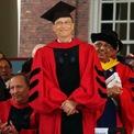 """<p> Năm 1975, Gates bỏ học và cùng Paul Allen sáng lập ra Microsoft. Dù chưa bao giờ tốt nghiệp, năm 2007 ông vẫn được Đại học Harvard trao bằng danh dự. Phát biểu trong một buổi lễ tốt nghiệp của sinh viên, Gates hài hước nói: """"Tôi là một tấm gương xấu. Đó là lý do vì sao tôi được mời đến đây. Nếu tôi chia sẻ trong buổi định hướng khi các bạn mới vào trường, chắc một số bạn sẽ không ngồi đây"""". (Ảnh: <em>Getty Images</em>)</p>"""