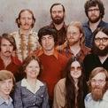 <p> Khi còn đi học, Gates đã bắt đầu phát triển phần mềm cho MITS Altair - công ty máy tính cá nhân đầu tiên. Năm 1977, Gates và Allen chuyển tới Albuquerque, New Mexico - nơi MITS đặt trụ sở, để thành lập công ty phần mềm. Bức ảnh trên đây là 11 thành viên đầu tiên của Microsoft. (Ảnh: <em>Microsoft</em>)</p>