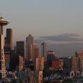 <p> Năm 1979, Gates và Allen chuyển trụ sở về Seattle, mở cửa hàng đầu tiên tại vùng ngoại ô Bellevue và sau đó chuyển đến Redmond. Microsoft cho ra mắt phần mềm Windows vào năm 1985 và niêm yết trên sàn chứng khoán năm 1986. Đến năm 1987, Gates đã trở thành tỷ phú ở tuổi 31. (Ảnh: <em>Flickr/Michael Righi</em>)</p>