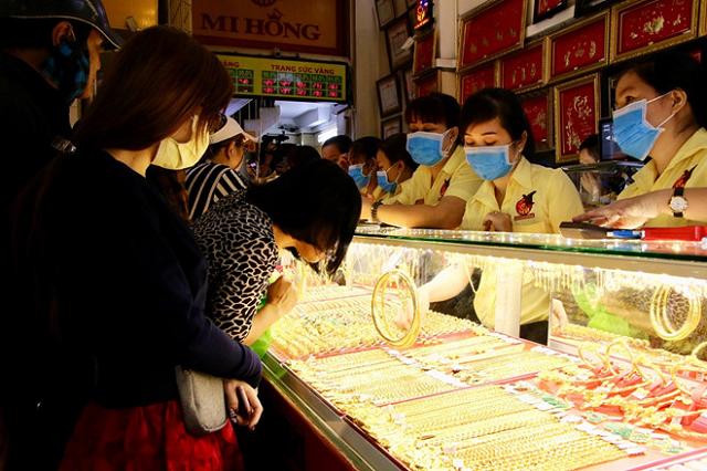 Chênh lệch mua bán vàng bị đẩy lên 1,5 triệu đồng/lượng