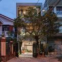 <p> Ngôi nhà có diện tích 170 m2, nằm ở ngã tư trong con hẻm nhỏ tại Quy Nhơn, Bình Định,được xây dựng cho 4 thành viên trong gia đình có cặp vợ chồng và 2 con trai tên Bin và Bon.</p>