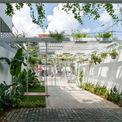 """<p class=""""Normal""""> Một khu vườn rộng phía trước ngôi nhà, đồng thời làm chỗ đỗ xe hơi. Khu vườn này có thể cung cấp nhu cầu về ánh sáng và không khí tự nhiên.</p>"""