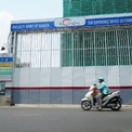 <p> Mới đây, Sở Xây dựng TP HCM vừa có văn bản chấp thuận cho bán nhà ở hình thành trong tương lai với 214 căn hộ thuộc dự án Khu căn phòng - thương mại - dịch vụ - căn hộ ở - khách sạn 6 sao và văn phòng khách sạn tại quận 1, TP HCM. Dự án này có tên thương mại là The Spirit of Saigon, đối diện chợ Bến Thành. Tổng thầu thi công là Coteccons.</p>
