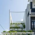 <p> Ngôi nhà của cặp vợ chồng mới cưới tại ngoại ô TP Đà Nẵng. Họ yêu thiên nhiên, yêu cây cối, yêu cá và yêu nhau. Họ đã trao đổi rất nhiều với đội ngũ kiến trúc sư để có thể hình thành lên mái nhà lý tưởng này.</p>