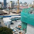 <p> Ngoài vị trí đối diện chợ Bến Thành, dự án còn đối diện cả tuyến tàu điện ngầm Metro số 1 Bến Thành - Suối Tiên. Cả 2 dự án đều đang được xây dựng.</p>