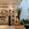 <p> Điểm nhấn của ngôi nhà là cây và cây, giúp tạo ra không gian thư giãn, thoải mái nhất cho chủ nhân. Bạn sẽ luôn cảm thấy thư giãn khi ở trong nhà với tất cả năng lượng tự nhiên và nhiệt độ lý tưởng.</p>