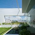 <p> Vật liệu xây dựng được sử dụng loại có sẵn ở địa phương, thực vật cũng vậy, và thiết kế nhà với gam màu trung tính.</p>