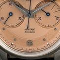 """<p class=""""Normal""""> Ngôn ngữ thiết kế chính của Montblanc Heritage Monopusher Chronograph được lấy cảm hứng từ đồng hồ bấm giờ Minerva của thập niên 40 và 50, nổi bật qua cấu trúc hai mặt mang tính biểu tượng ở vị trí 3 và 9 giờ.</p>"""