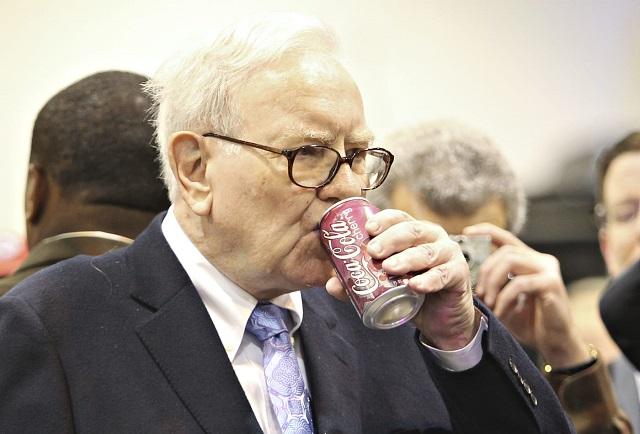 Warren Buffett làm việc tại nhà, họp đại hội cổ đông online và uống nhiều Coca hơn vì Covid-19