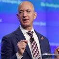 """<p class=""""Normal""""> <strong>Amazon không phải tên ban đầu Jeff Bezos chọn</strong></p> <p class=""""Normal""""> Jeff Bezos muốn đặt tên cho công ty là Cadabra. Tuy nhiên, luật sư của ông khi đó là Todd Tarbert cho rằng, từ này có cách đọc gần giống với """"Cadaver"""" (nghĩa là """"xác chết""""). Cuối cùng, tên công ty được đặt theo tên con sông lớn nhất thế giới – đây cũng là nguồn gốc logo ban đầu của hãng. (Ảnh:<em> Getty</em>)</p>"""