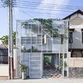 <p> Ngôi nhà 2 tầng được thiết kế cho một trung niên có nhiều năm làm việc tại các tạp chí kiến trúc Việt Nam. Với diện tích xây dựng 40 m2, ngôi nhà nằm ở ngoại ô một thành phố mới có nhiều phong cách kiến trúc khác nhau.</p>