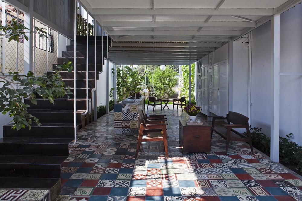 Nhà 2 tầng tiết kiệm chi phí với cọc sắt và tấm thép - Ảnh 2.