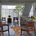 <p> Ngôi nhà được cấu trúc thành 2 phần, trong đó nhà bếp và phòng khách ở tầng trệt, mở ra thiên nhiên và không có cửa hay cửa sổ.</p>