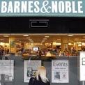 """<p class=""""Normal""""> <strong>Amazon bắt đầu tại gara để xe và những cuộc họp thường diễn ra tại nhà sách Barnes &amp; Noble</strong></p> <p class=""""Normal""""> Barnes &amp; Noble là đối thủ đáng gờm của Amazon khi đó. Len Riggio, nhà sáng lập của hãng này còn đe dọa Jeff Bezos rằng sẽ lập một website để đè bẹp Amazon. (Ảnh: <em>Reuters</em>)</p>"""