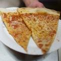 """<p class=""""Normal""""> <strong>Đầu năm 2002, Bezos giới thiệu khái niệm """"nhóm 2 bánh pizza"""" tại Amazon</strong></p> <p class=""""Normal""""> Nhân viên sẽ được chia thành các nhóm dưới 10 người - con số phù hợp để gọi 2 chiếc pizza cho bữa tối. Các nhóm phải đặt ra các mục tiêu cần tuân thủ nghiêm ngặt và sử dụng các công thức tính toán để đo lường thành tích. Đó là cách Jeff Bezos quản lý các đội nhóm. (Ảnh: <em>Reuters</em>)</p>"""