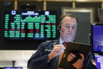 Phố Wall lại bị bán tháo, Dow Jones sắp mất hết thành quả từ khi Trump nhậm chức