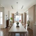 <p> Căn hộ 78 m2 tại Mỹ Đình ban đầu được chia thành 2 phòng ngủ cạnh nhau, liền kề không gian sinh hoạt chung. Tuy nhiên, các bức tường ngăn phòng làm giảm ánh sáng và khả năng thông gió của căn hộ, khiến không gian sinh hoạt chung bị thiếu sáng, bị giới hạn và nhàm chán.</p>