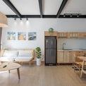 """<p class=""""Normal""""> Các kiến trúc sư đã chia mảnh đất thành 2 phần, một ở phía trước và một ở phía sau. Phần phía trước là ngôi nhà cho thuê với 2 phòng ngủ, phòng khách đầy đủ tiện nghi và nhà bếp.</p>"""