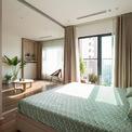 <p> Giải pháp thiết kế là phá bỏ các bức tường phòng, di chuyển không gian chung đến vị trí trung tâm của căn hộ. 2 phòng ngủ ở hai bên được ngăn cách bằng các bức tường trượt bằng gỗ, có thể mở và đóng khi cần thiết.</p>