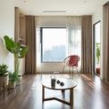 <p> Vật liệu được sử dụng chủ yếu là gỗ sáng kết hợp với trần và tường màu trắng, giảm thiểu trang trí không cần thiết, tạo cảm giác rộng rãi và không gian mềm mại hơn.</p>