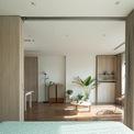 <p> Vào ban ngày, khi các bức tường trượt được rút lại, không gian căn hộ được kết nối với nhau, để ánh sáng và gió có thể đến mọi góc.</p>