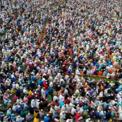 <p> Bất chấp các cảnh báo không tụ tập đông người của chính quyền, hàng nghìn tín đồ Hồi giáo tham dự một buổi cầu nguyển gần Raipur, Bangladesh vào ngày 18/3 để xin Thánh Allah bảo vệ họ khỏi đại dịch Covid-19. Cảnh sát địa phương xác nhận sự việc và ước có khoảng 10.000 người tham gia, ít hơn con số 25.000 của ban tổ chức. Tính đến ngày 21/3, Bangladesh ghi nhận 24 ca nhiễm và 2 ca tử vong vì dịch Covid-19. Ảnh: <em>Getty Images.</em></p>