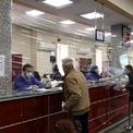 """<p> Một ngân hàng ở Tehran, Iran dùng màng bọc trong suốt để ngăn cách giữa nhân viên và khách hàng nhằm tránh lây nhiễm virus nCoV vào ngày 17/3. Tính đến ngày 21/3, Iran ghi nhận có hơn 20.000 ca nhiễm và hơn 1.550 ca tử vong vì dịch Covid-19.</p> <p> """"Theo thông tin chúng tôi có được, mỗi 10 phút thì có một người chết vì virus Corora (gây dịch Covid-19) và cứ mỗi giờ thì có khoảng 50 người bị nhiễm ở Iran"""", phát ngôn viên Bộ Y tế Iran Kianush Jahanpur viết trên Twitter ngày 19/3. Iran đứng thứ 3 thế giới về số người chết vì Covid-19. Ảnh: <em>Reuters</em>.</p>"""