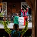 <p> Huấn luyện viên cá nhân Antonietta Orsini tổ chức lớp học thể dục cho hàng xóm từ ban công nhà mình vào ngày 18/3 khi thành phố Rome, Italia bị phong tỏa. Italia hiện đứng thứ 2 thế giới cả về số ca nhiễm (53.578) và ca tử vong (4.825) do dịch Covid-19. Tỷ lệ tử vong ở quốc gia này ở mức tương đương 9%, cao gấp đôi trung bình toàn cầu. Các chuyên gia y tế cho rằng yếu tố nhân khẩu học là một trong những lý do khiến tỷ lệ tử vong ở Italia cao, bởi nước này có dân số già thứ hai thế giới sau Nhật Bản, với khoảng 23% người trên 65 tuổi. Ảnh: <em>Reuters</em>.</p>