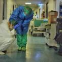 <p> Một y tá ở Cremona, Italia ngồi gục xuống mệt mỏi vì chăm sóc bệnh nhân Covid-19. Số ca nhiễm tại nước này liên tục tăng kỷ lục trong tuần qua, khiến hệ thống y tế rơi vào tình trạng quá tải trầm trọng. Theo Viện Y tế Quốc gia Italia, 17 bác sĩ đã tử vong do Covid-19 và 3.654 nhân viên y tế tại nước này đã nhiễm bệnh. Ảnh: <em>Paolo Miranda.</em></p>